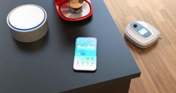 Amazon Echo, Smartphone und Kaffeemaschine stehen auf einem Tisch