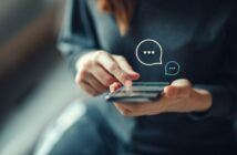 Person tippt auf Smartphone