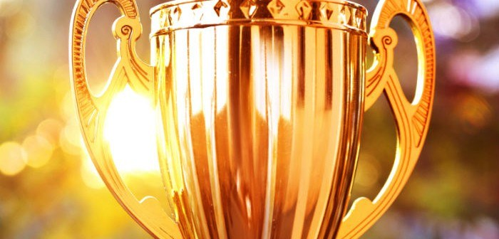 Goldener Pokal im Licht
