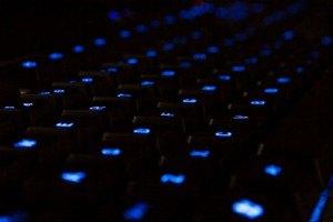 Blau leuchtende Tastatur im Dunkeln