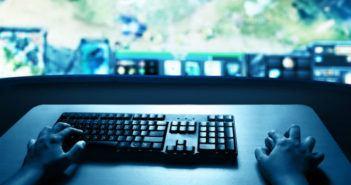 Mann sitzt vor dem PC