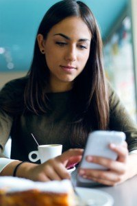 Frau benutzt Lotto App