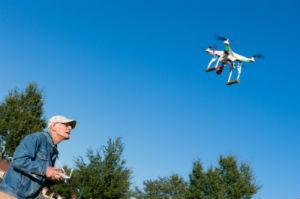 Mann mit Drohne
