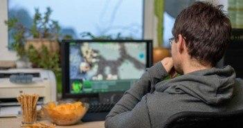 Männlicher Computer-Spieler spielt ein strategisches MOBA-Game