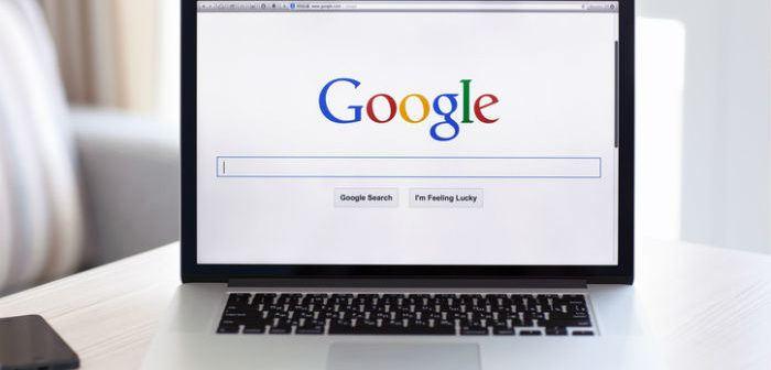 Laptop, auf dem die Suchmaschine Google zu sehen ist