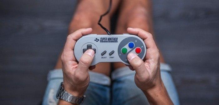 Super Nintendo Controller in den Händen