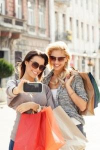 Zwei Frauen machen ein Selfie