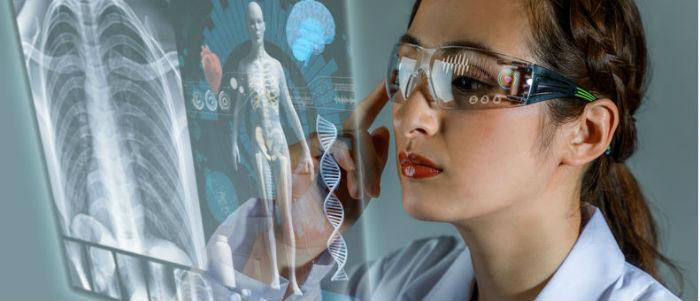 Ärztin betrachtet holografisches Bild mit AR Brille