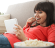 Frau beim Video-Streaming mit Popcorn