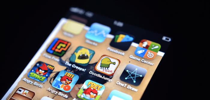 Display eines Smartphones mit Spiele-Apps