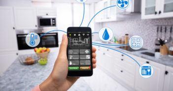 Eine Hand die ein Handy hält auf der eine Smart Home App läuft