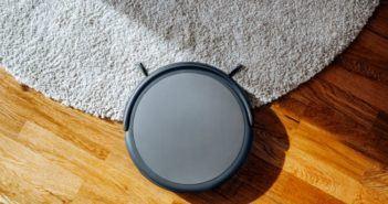 Saugroboter auf dem Teppich