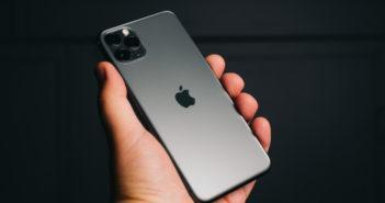 iPhone in der Hand eines Users
