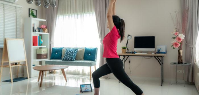 Frau macht Sport im Home Office