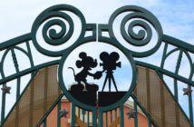 Nahaufnahme des Tors der Disney-Studios in Paris