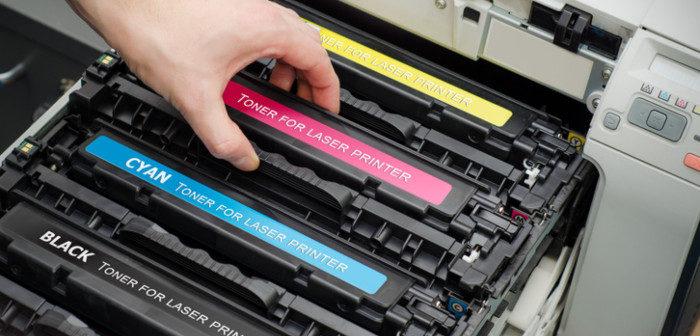 Laserdruckertoner wird in den Drucker eingesetzt