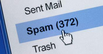 Mauszeiger auf dem Bildschirm über dem Spamordner im E-Mail Postfach (372 Nachrichten)
