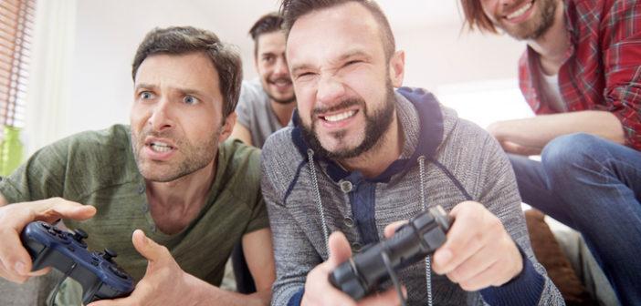 Junge Männer spielen Spiele an der Spielekonsole
