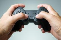Controller für Spielekonsole in den Händen aus der Ego-Perspektive