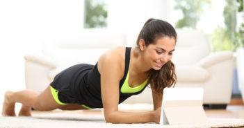 Frau beim Workout mit einer Fitness App