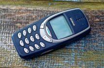 Nokia 3310 Mobiltelefon liegt auf Holzgrund
