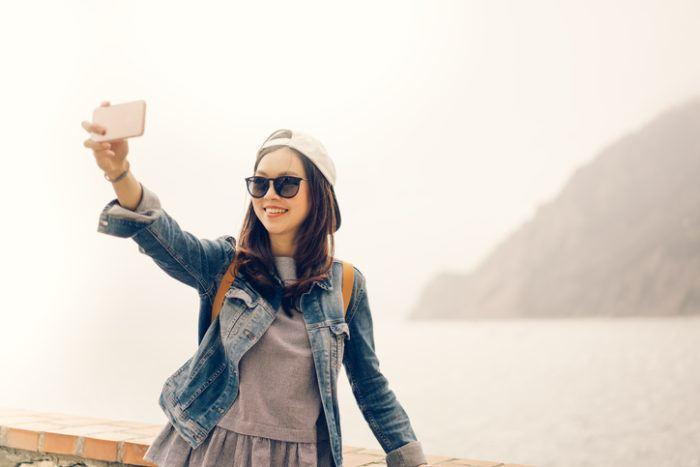 Reisende nimmt ein Selfie am Wasser auf