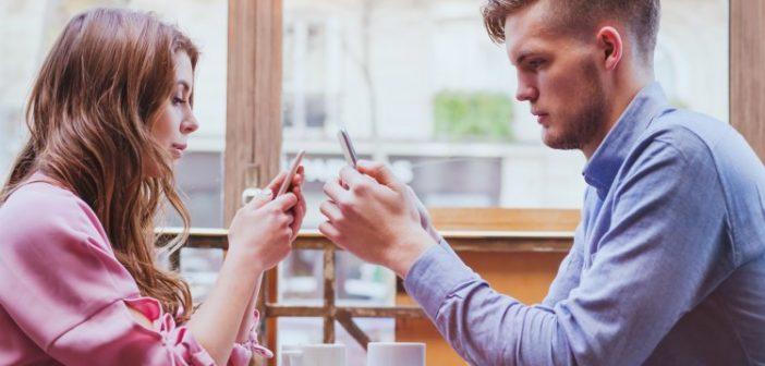 Zwei Menschen, die am Smartphone sind