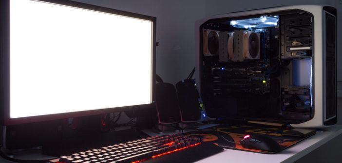 Gaming-PC Setup auf dem Schreibtisch aufgebaut