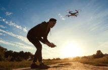 Eine Drohne wird in den Sonnenuntergang gesteuert