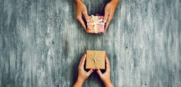 Zwei Weihnachtsgeschenke werden getauscht