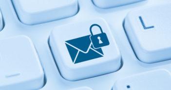 E-Mail Taste auf einer Tastatur