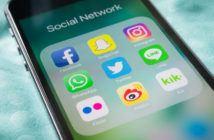 Smartphone mit geöffnetem Social Media Ordner auf dem Bildschirm