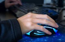 Nahaufnahme eines jungen Mannes, wie er eine Computermaus nutzt