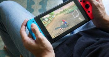 Mann der Nintendo Switch spielt
