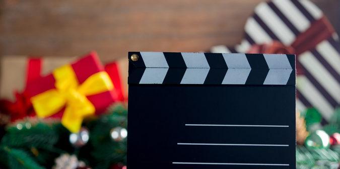 Filmklappe vor Weihnachtsdeko und Geschenken