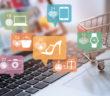Online Marketing Symbole vor einem Laptop