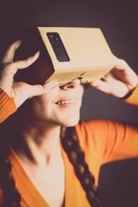 Frau benutzt Cardboard