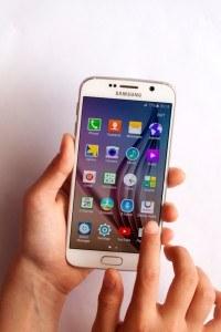 Frau mit Samsung Galaxy S6