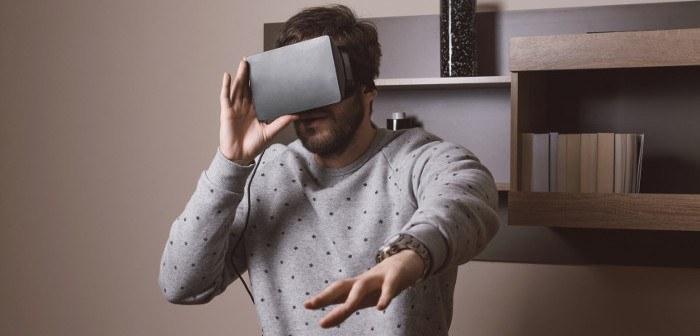 Mann trägt eine Oculus Rfit VR Brille in einem Wohnraum