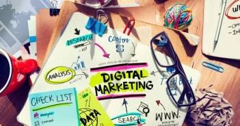 Schreibtisch mit Tools und Notizen fürs Online Marketing