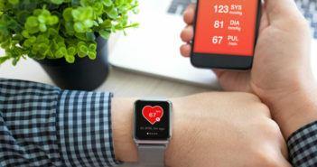 Mann mit Fitness-Tracker und Smartphone